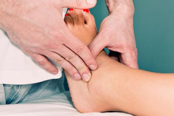 articulațiile umflate ale tratamentului picioarelor tratament de masaj al artrozei