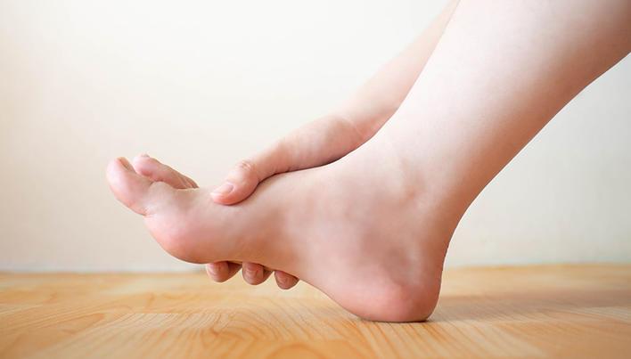 edemă la genunchi și durere; restricție de mișcare